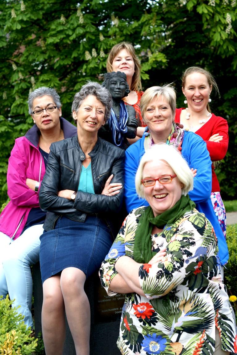 Zes vrouwen van IJsselstein Handmade, met Vrouwe Berthe van IJsselstein. Foto door Carola Ruijsch